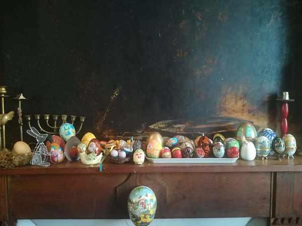 Collection d'oeufs sur cheminée
